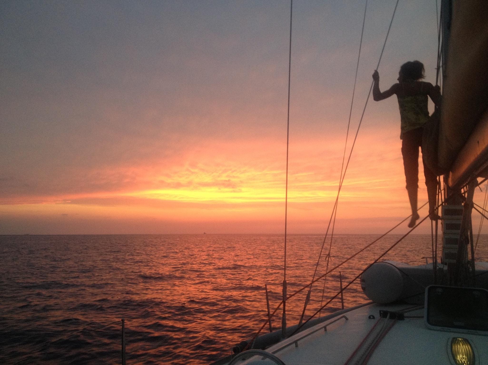 Navigation de nuit en côte d'Azur. Stéphane, notre skipper professionnel, vous emmènera profiter du plaisir de naviguer en voilier de jour ou de nuit, à votre rythme