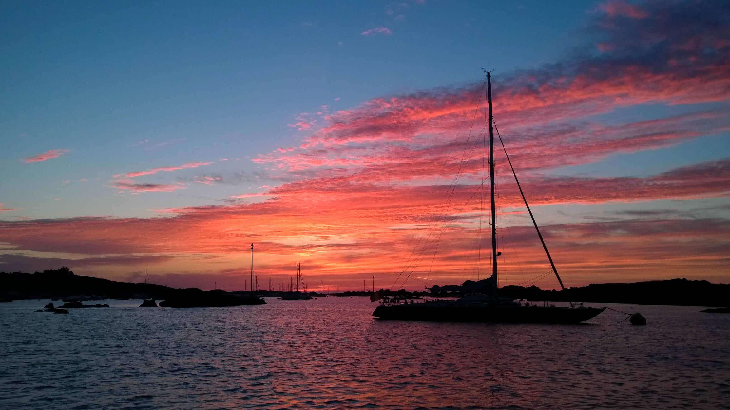 coucher de soleil sur la mer a chausey. petit mouillage magnifique dans ce petit archipel rocheux