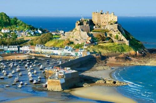 Paysage de Jersey. A bord d'un voilier, passez une frontière en mer et faites escale sur l'île de Jersey. Changez de culture et de paysages depuis la Normandie.