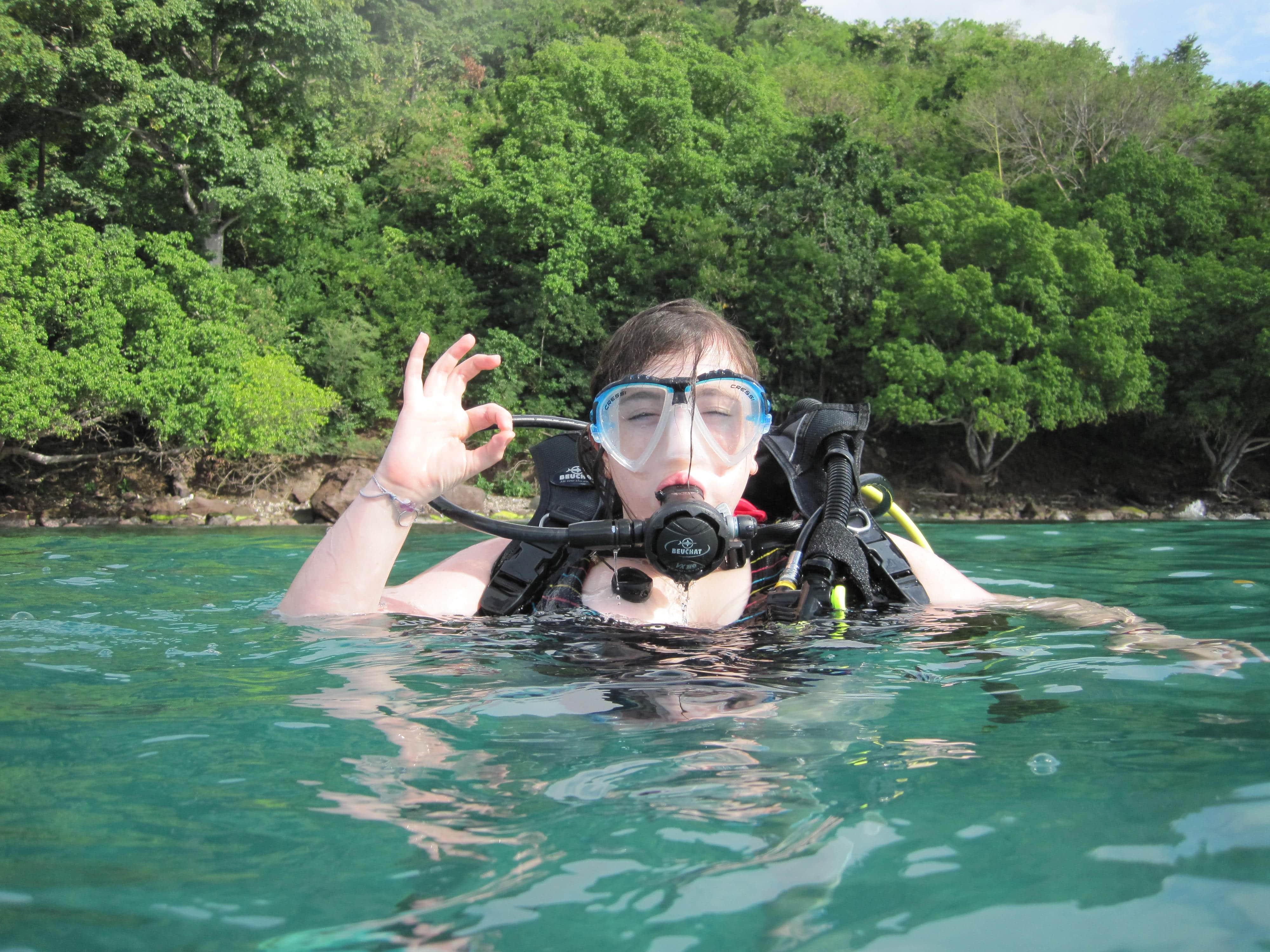 Femme dans l'eau en tenue de plongée - Skippair