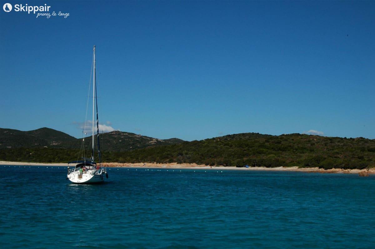 Voilier au mouillage en Corse - Skippair