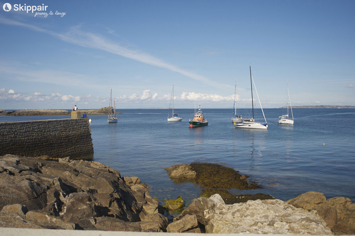Bateaux au calme sur l'île de Sein - Skippair