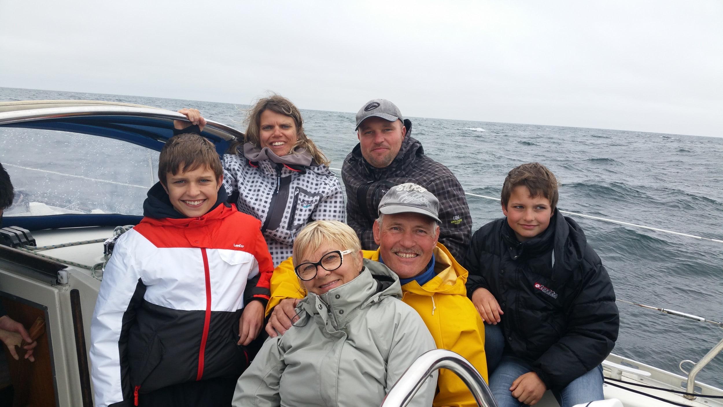 Famille à bord d'un voilier en mer - Skippair