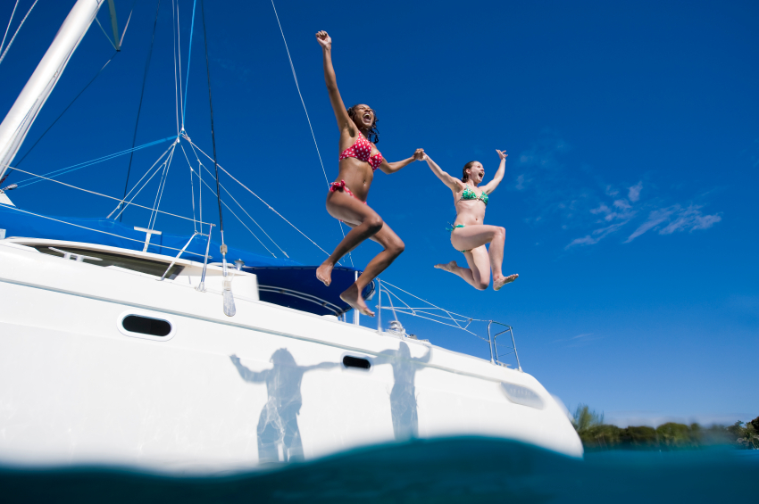 Pendant une croisière en voilier, il est toujours bon de se jeter à l'eau...