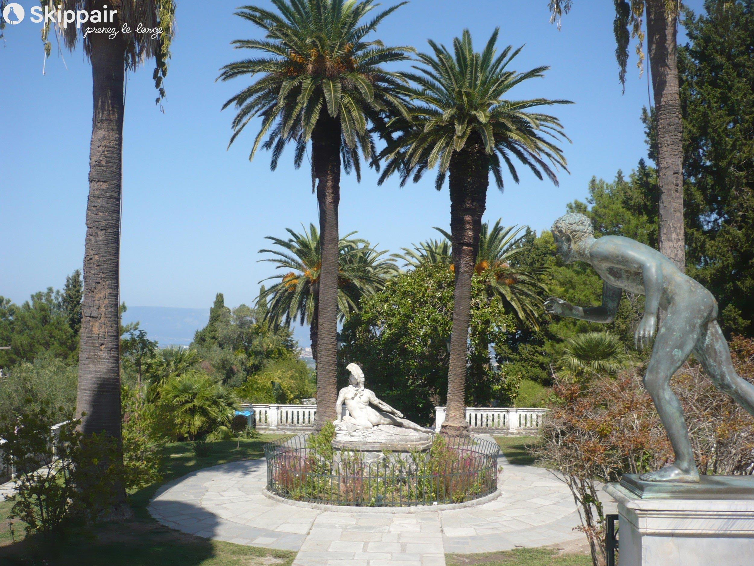 Statues dans un jardin de l'Achilleion Palace - Skippair