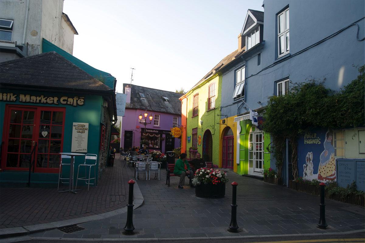 Rue colorée de Kinsale, en Irlande - Skippair
