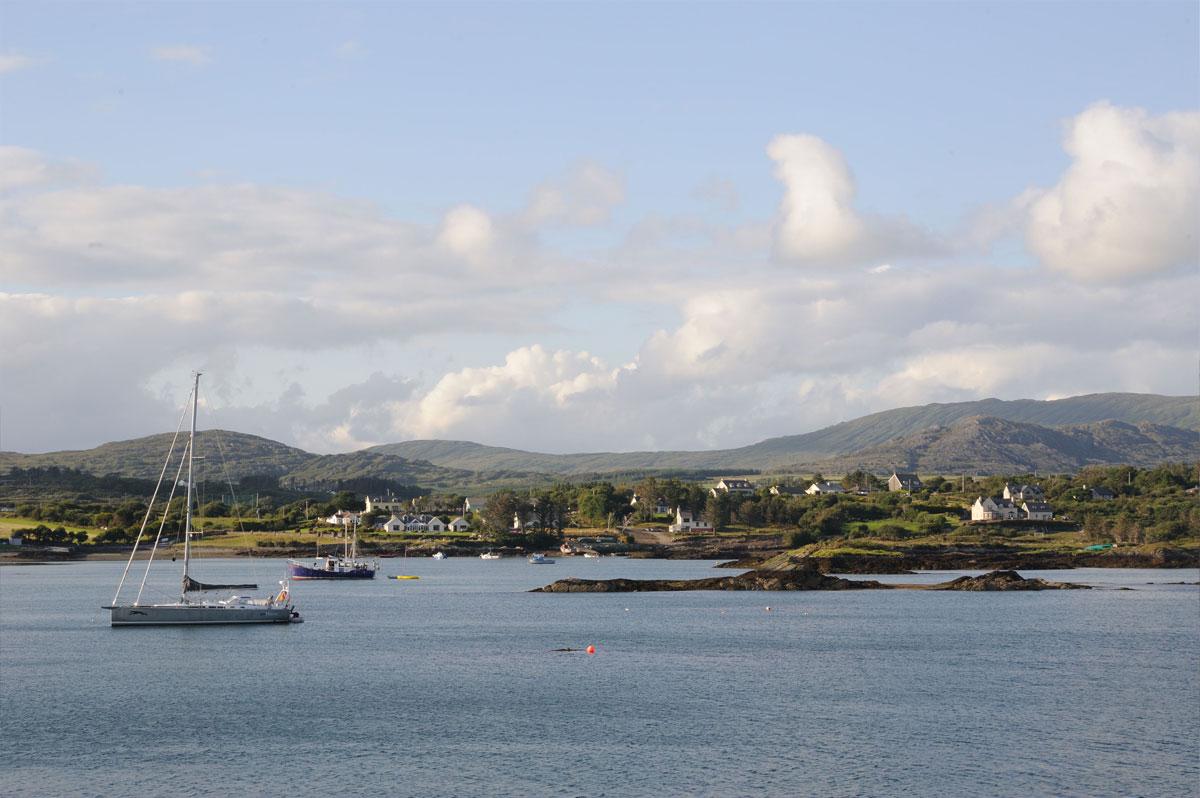 Collines verdoyantes et baie calme en Irlande - Skippair