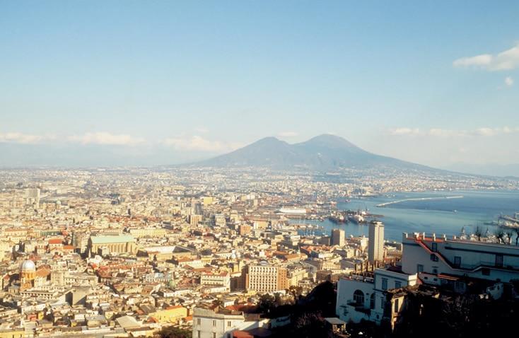 Napoli, à l'ombre du Vésuve, point de départ de notre croisière en baie de Naples - Skippair
