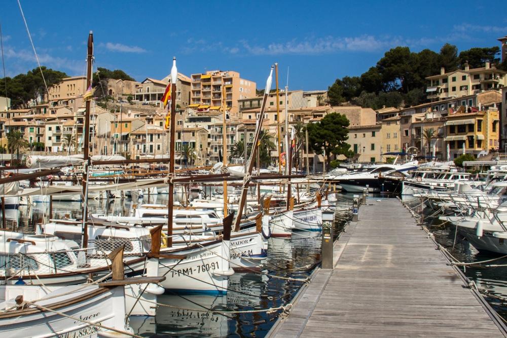 Un ponton de Port de Sóller, à Majorque, entouré de petites embarcations à voile