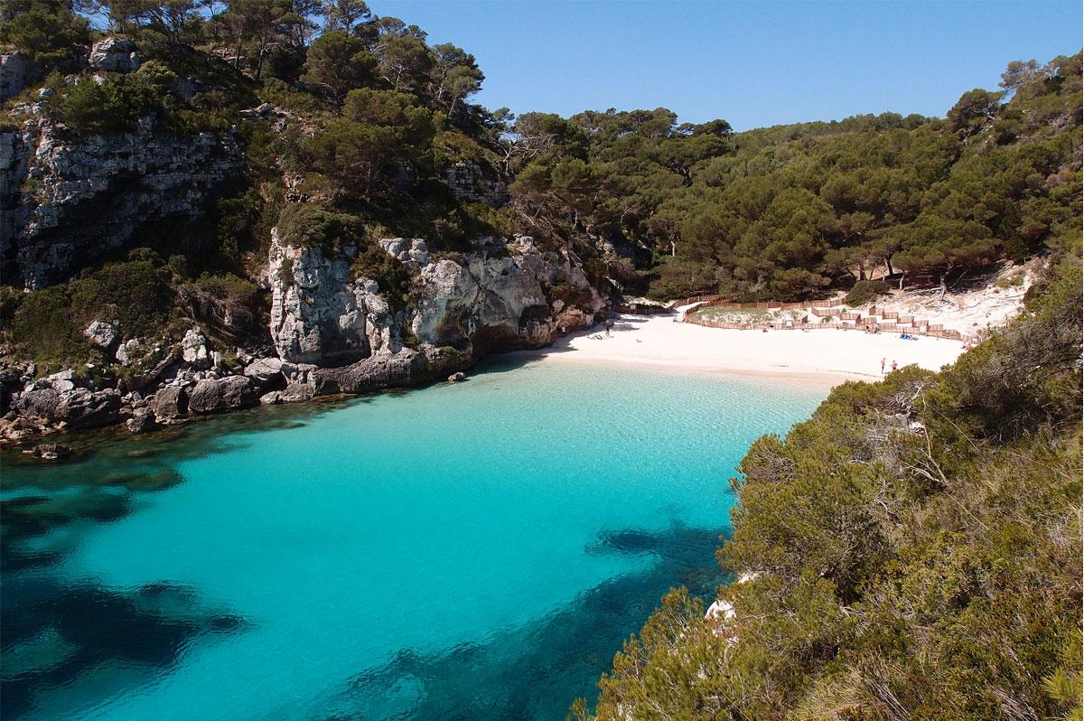 Les eaux turquoises de Cala Macarelleta, l'une des plus belles criques de Minorque