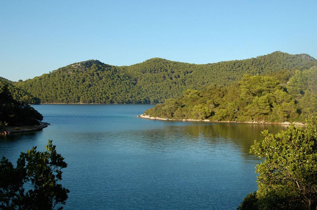 Des collines verdoyantes les pieds dans l'eau, en Croatie - Skippair