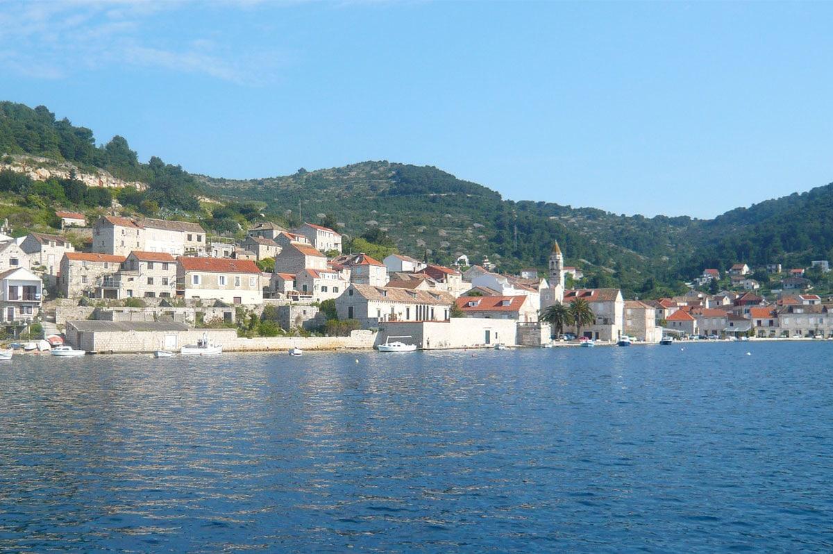 Un village posé au bord de l'eau, en Croatie - Skippair