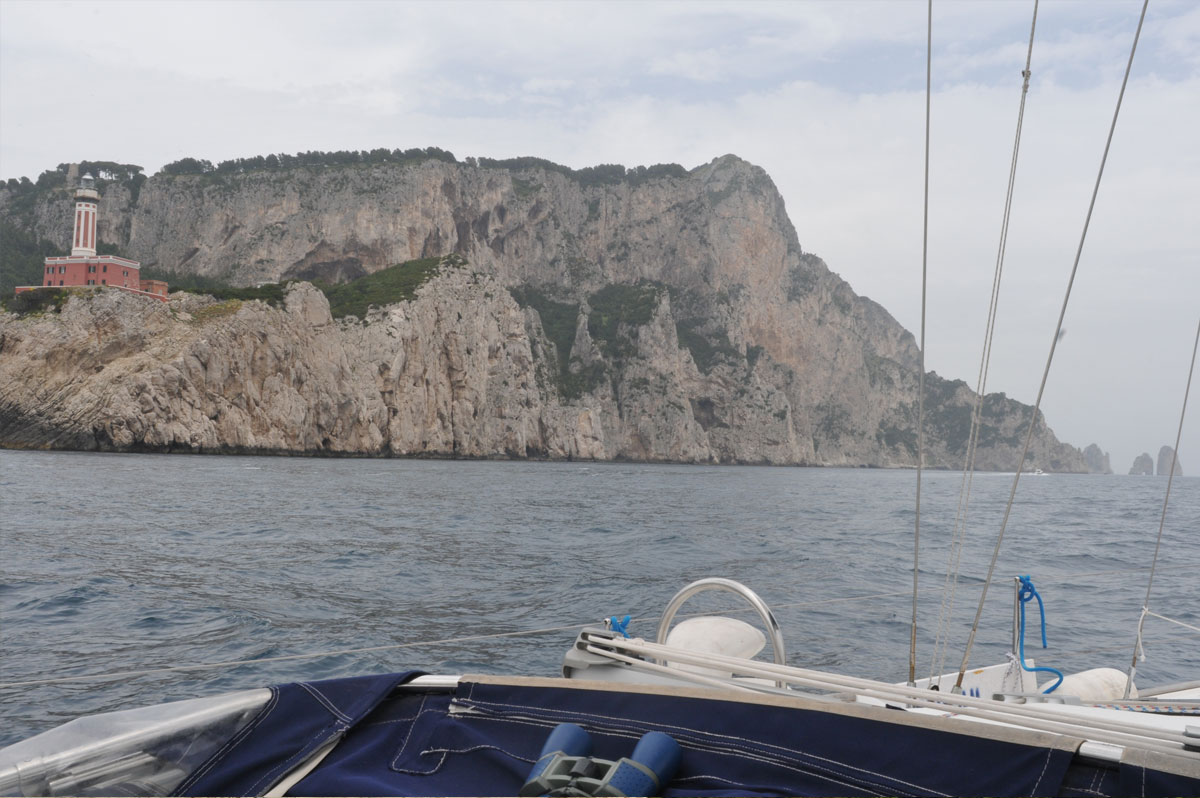 Les falaises de Capri, en baie de Naples, avec les Faraglioni à l'horizon - Skippair