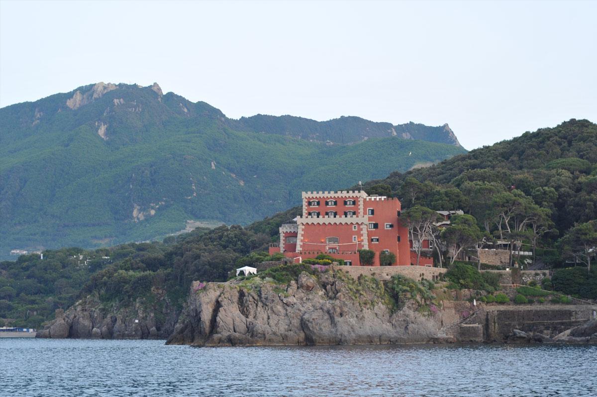 Mouillage au large d'Ischia, face à une villa rose, lors d'une croisière en baie de Naples - Skippair