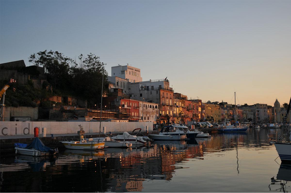 Le port de Procida, en baie de Naples, charmante étape d'une croisière en baie de Naples - Skippair