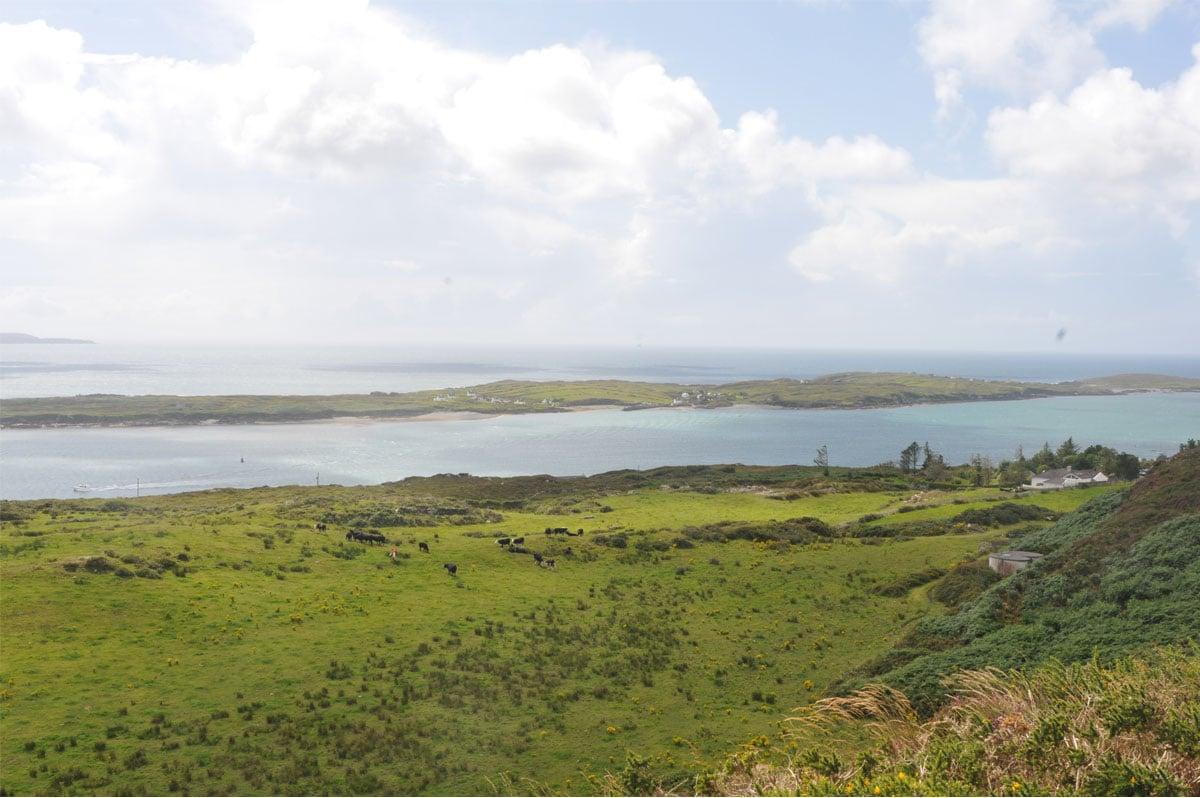 Nature verdoyante et mer calme aux Scilly, au large des Cornouailles - Skippair