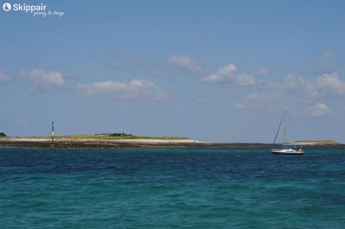 Un voilier vogue sur la mer intérieure des Glénan, dans le Finistère sud - Skippair