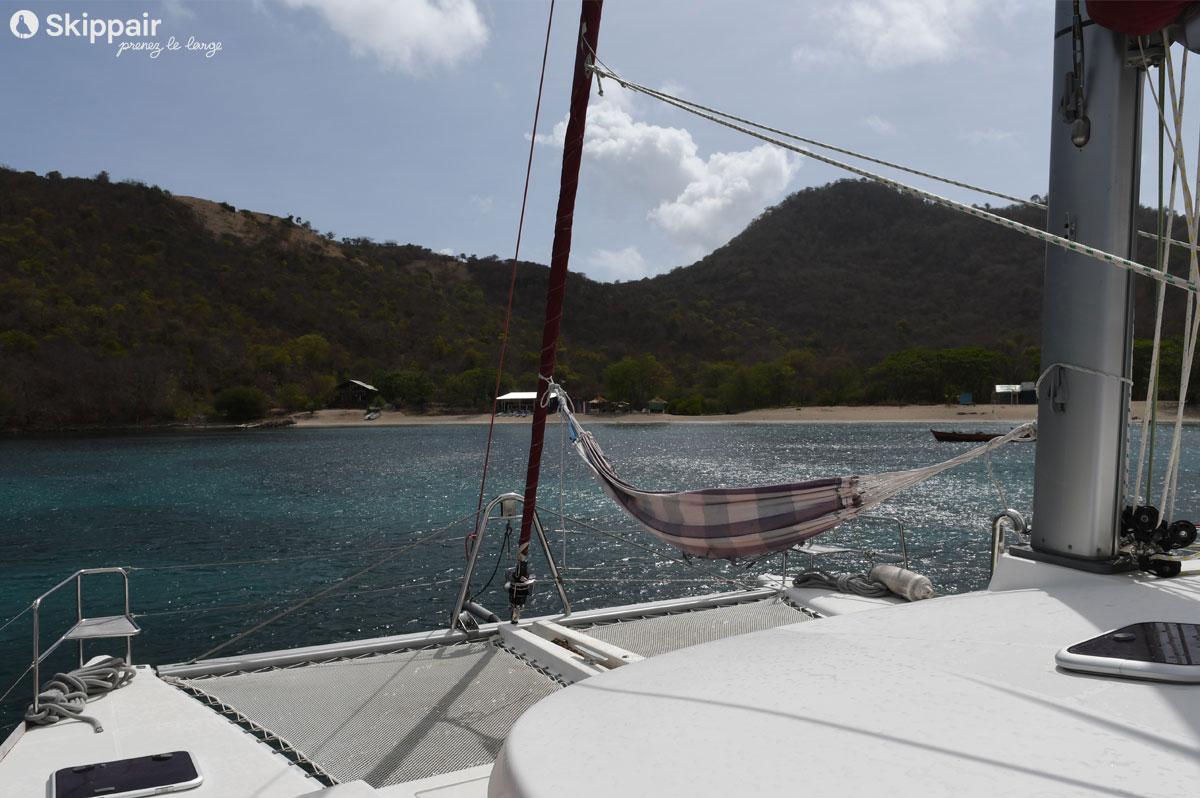A Chatham Bay, aux Grenadines, il faut choisir : hamac sur le catamaran ou transat sur la plage ? - Skippair