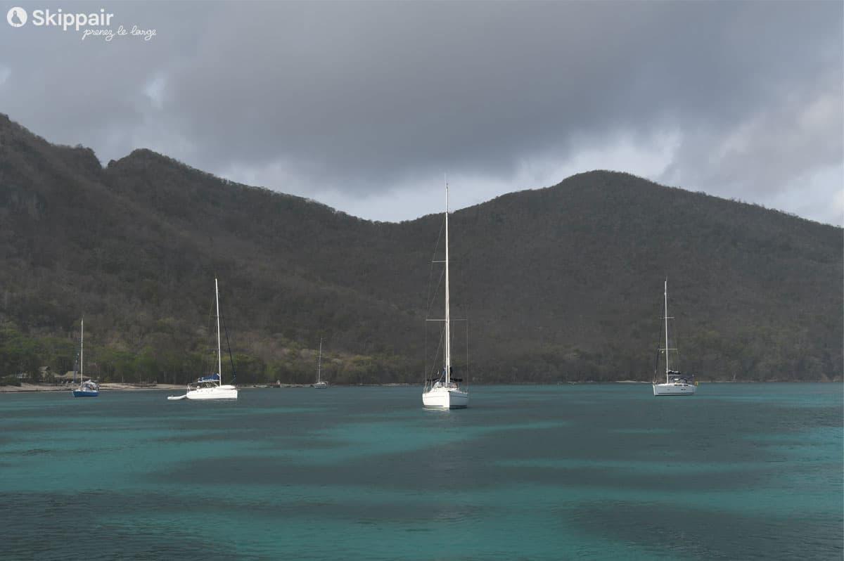 Trois voiliers au mouillage de Chatham Bay, sur Union Island, dans les Grenadines - Skippair
