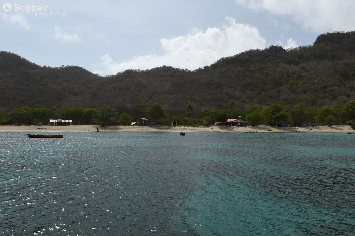 Chatham Bay est une baie secrète, entourée par les collines et la végétation, sur Union Island, aux Grenadines - Skippair