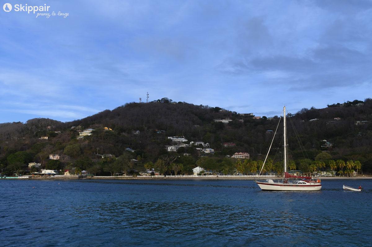 Voilier et son annexe naviguant au large de Sainte-Lucie, dans les Petites Antilles - Skippair