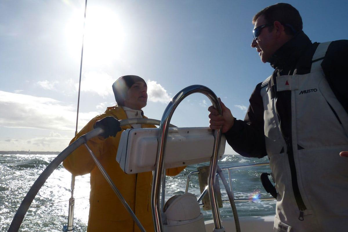 Pendant une croisière journée, le skipper peut laisser la barre à ses passagers et leur apprendre les rudiments de la voile