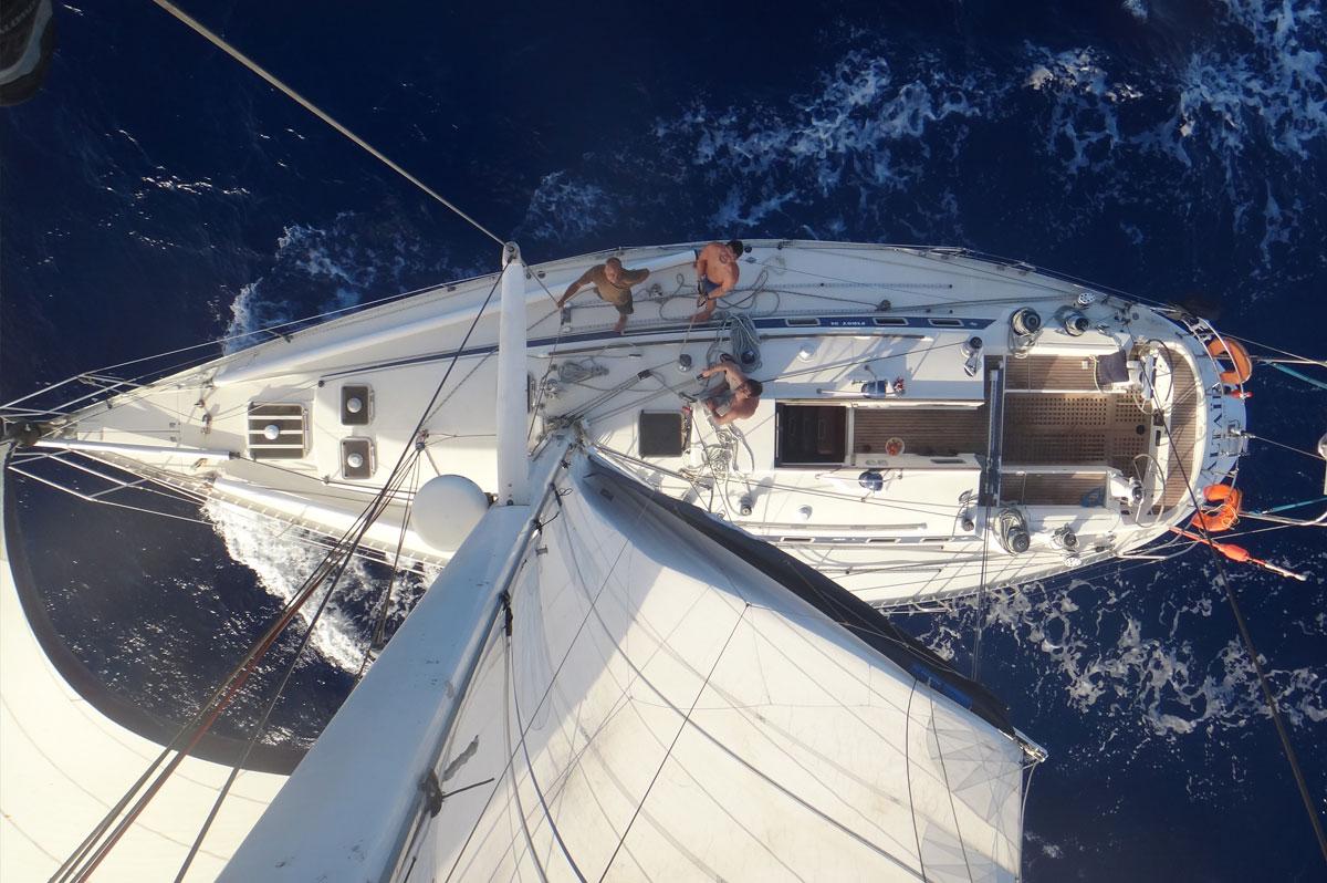Un voilier vu du sommet de son mât