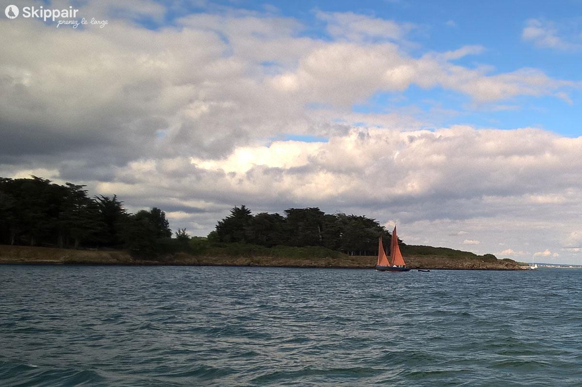 Un vieux voilier dans le golfe du Morbihan - Skippair