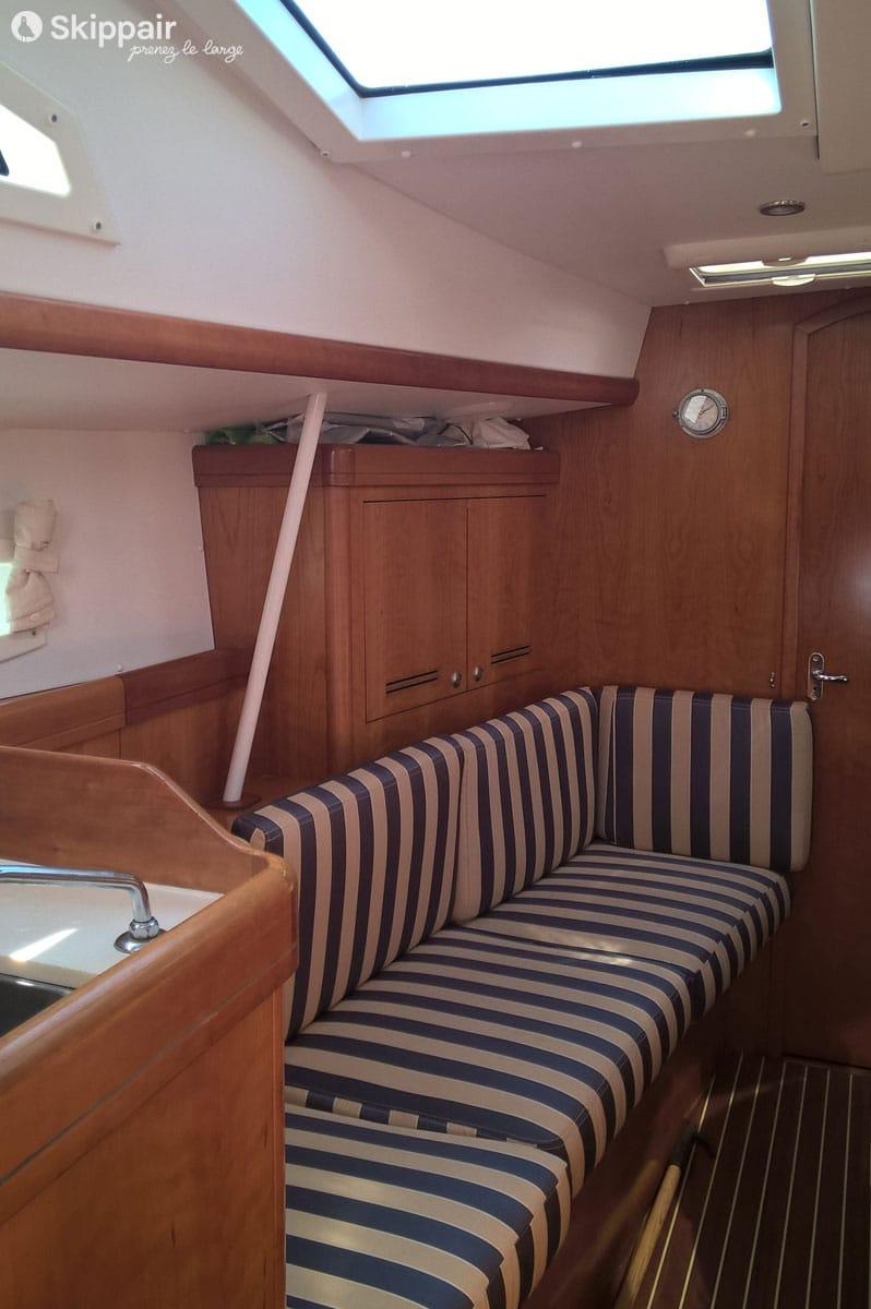 Dans le salon d'un voilier Allures 40 - Skippair